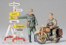Duitse Soldaten en een Motor