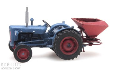 Tractor Fordson met kunstmeststrooier
